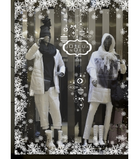 photo-vitrine-decoration-noel-blanc-pur-immacule-entourage-frises-cristaux-neige-flocons-enseigne-texte-joyeux-noel-suspensions-boules-vitrophanie-electrostatique-stickers-repositionnables-reutilisables-sans-colle-DECO-VITRES